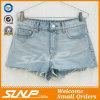 Горячая молодая повелительница джинсовая ткань замыкает накоротко одежды тяжелое дыхание