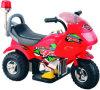 Езда малышей на мотоцикле полиций для сбывания