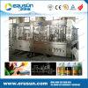 Bebidas carbónicas en máquina de embotellado plástica