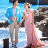 ライン着色された花ストラップは宛先浜の庭の屋外のウェディングドレスをプリーツをつけた
