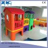 Maison de théâtre d'intérieur de gosse avec la glissière, matériel du jeu d'enfants, cour de jeu d'intérieur