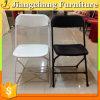 Chaise de pliage en plastique blanche utilisée