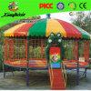 Grand trempoline coloré de gymnastique avec la tente