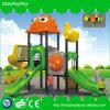 As crianças manufaturam o campo de jogos ao ar livre para a venda