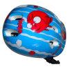 O patim de rolo caçoa o capacete azul da caixa