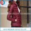 Las mujeres más talla abajo cubren la chaqueta del invierno