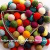 Комната украшая цветастый шарик шерстей войлока рождества с проводом