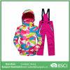 A roupa desportiva dos miúdos do terno de esqui ajustou revestimentos das meninas dos meninos