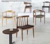 革が付いている純木のコーヒー椅子