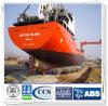 Agua en la nave con el saco hinchable inflable de goma de la seguridad
