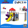 As crianças da alta qualidade usaram o equipamento ao ar livre do campo de jogos para a venda