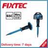 La mano di Fixtec lavora lo scalpello del calcestruzzo degli strumenti della costruzione