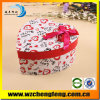 Caja de regalo en forma de corazón del papel de la cartulina con el arco