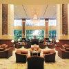 木ファブリックによって装飾されるホテルのロビーのソファー
