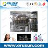 L'eau minérale naturelle automatique rinçant la machine de capsulage remplissante