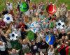 子供の公式のサイズのミニチュアサッカーボールのゲーム