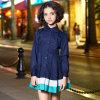 古典的な女の子の学生服は幼児の子供の長い袖の服に服を着せる