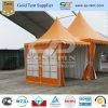展覧会のための塔の玄関ひさしのテントがオレンジ容易によって現れる