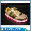 Jonge geitjes die LEIDENE Lichte Schoenen laden