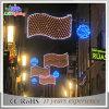 屋外のスカイラインのクリスマスの装飾の通りのコマーシャルライト