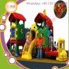 O jardim de infância feliz caçoa o equipamento ao ar livre do campo de jogos