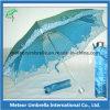 هبة مواد يطوي مظلة شمعية لأنّ [سون] ومطر