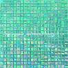 Le mattonelle della parete della stanza da bagno si sono mescolate dal mosaico di vetro verde