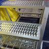 직류 전기를 통한 관통되는 금속 그립 스트럿 층계 보행