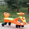 Passeio no carro plástico preto do balanço das rodas dos brinquedos do carro do balanço