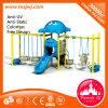 Balanço dos brinquedos do parque das crianças e campo de jogos ao ar livre da corrediça