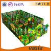 Campo de jogos 2015 interno do parque do divertimento das crianças do tema da selva de Vasia