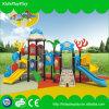 Cour de jeu extérieure d'enfants avec de grandes glissières