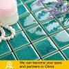 Mosaico de cerámica de la piscina en la galleta azul y verde