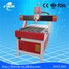El MDF sube a la máquina del CNC de la carpintería de la puerta de los muebles