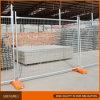 A cerca provisória ereta livre para a construção usou-se