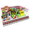 Tubo cor-de-rosa das crianças do tema dos doces que desliza o campo de jogos interno