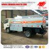 유조 트럭이 Dongfeng 포좌에 의하여 6개의 바퀴 4X2 5500 리터 급유한다