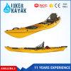 Las canoas se sientan en la canoa superior de los kajaks de la pesca