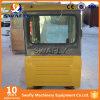 Escavatore di KOMATSU PC200-7 che conduce la carrozza della baracca