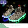 Zapatos al por mayor de Yeezy de la luz del verano del LED con el acoplamiento diseñado