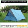 2 pessoas escolhem a camada que excursionam a barraca de acampamento ao ar livre do triângulo