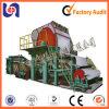 Rolo enorme de papel de tecido que faz a máquina, maquinaria de papel da planta de recicl