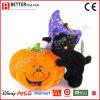 Halloween füllte Spielzeug-Katze und Kürbis an