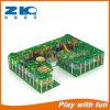 Associação macia da esfera da espuma do jogo das crianças com o campo de jogos interno usado corrediça