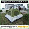 3-4 o campista da pessoa ostenta barraca de acampamento do telhado do guarda-chuva a auto