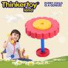 As crianças de conexão educacionais interessantes as mais novas que constroem o brinquedo