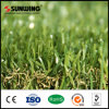 Hierba artificial sintética verde del jardín del césped que pone