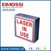 Laser funcionando con la muestra blanca del cuarto oscuro del método LED del interruptor del fondo