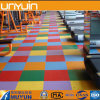 Santé et tapis respectueux de l'environnement regardant le plancher de PVC