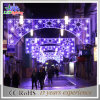 街灯を渡る多色刷りの休日のクリスマスの装飾